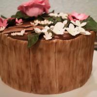 Fondanttorte mit Holz und Blumen