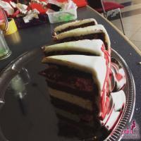 Roter Samtkuchen ( Red Velvet ) mit weißem Schokoladenmousse