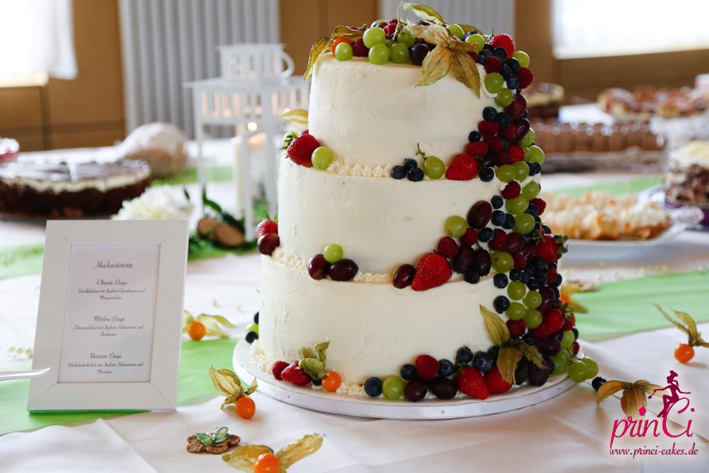 Hochzeitstorte mit Früchten ohne Fondant