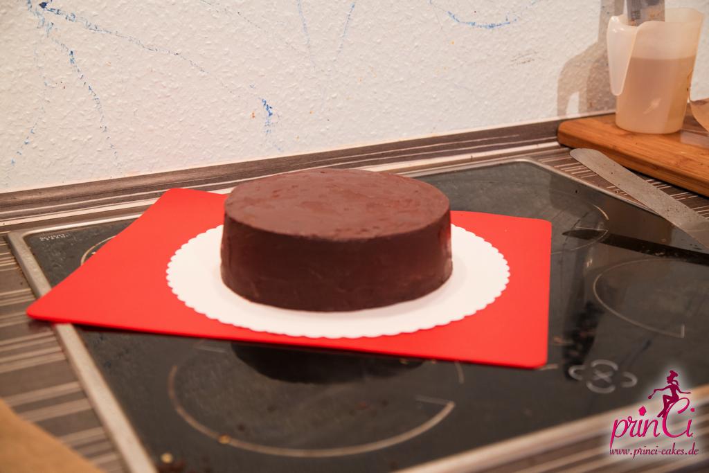 nun mit Fondant einzudecken solltet ihr den Kuchen zunächst mit ...