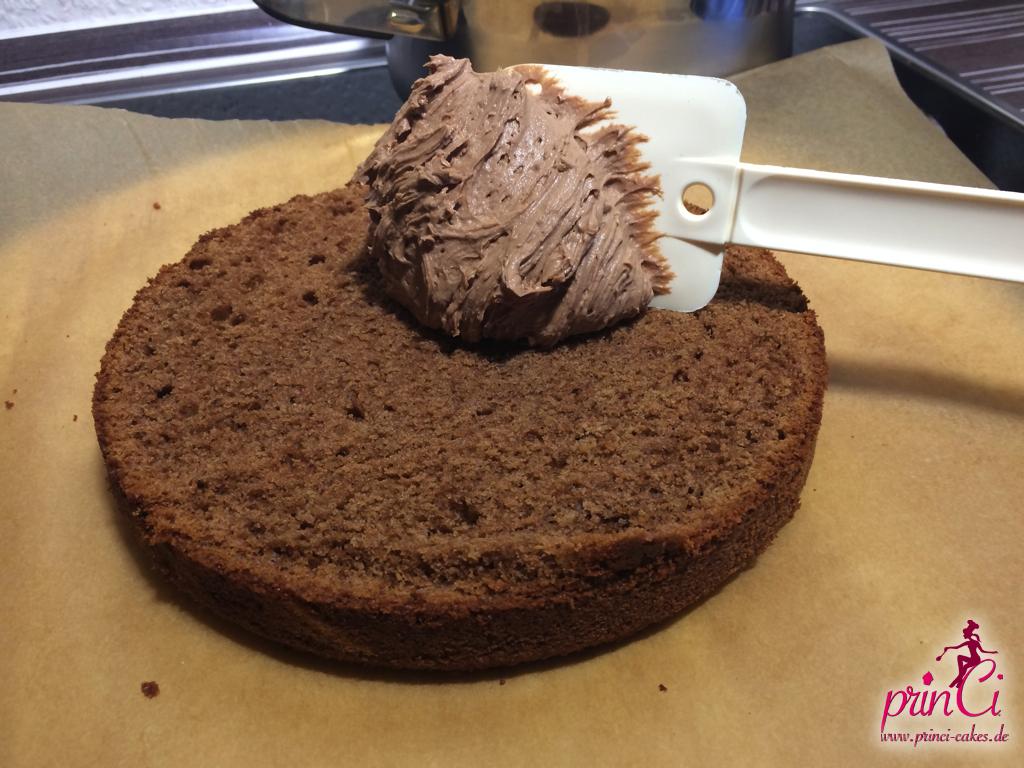 Kuchen mit ganache einstreichen