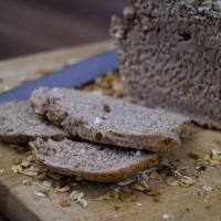 Dunkles Brot mit Körnern