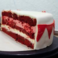 Red Velvet Cake mit Himbeeren und weißer Schokolade