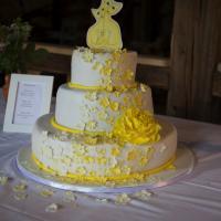 Hochzeitstorte drei Etagen mit Blumenwasserfall