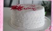 Hochzeitstorte wienrot mit Perlen